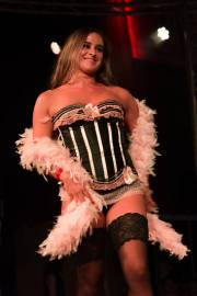 lieselot modeshow roze koset burlesqueshop